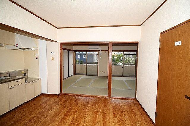 DK、和室間 仕切り戸を外して広く利用もできます
