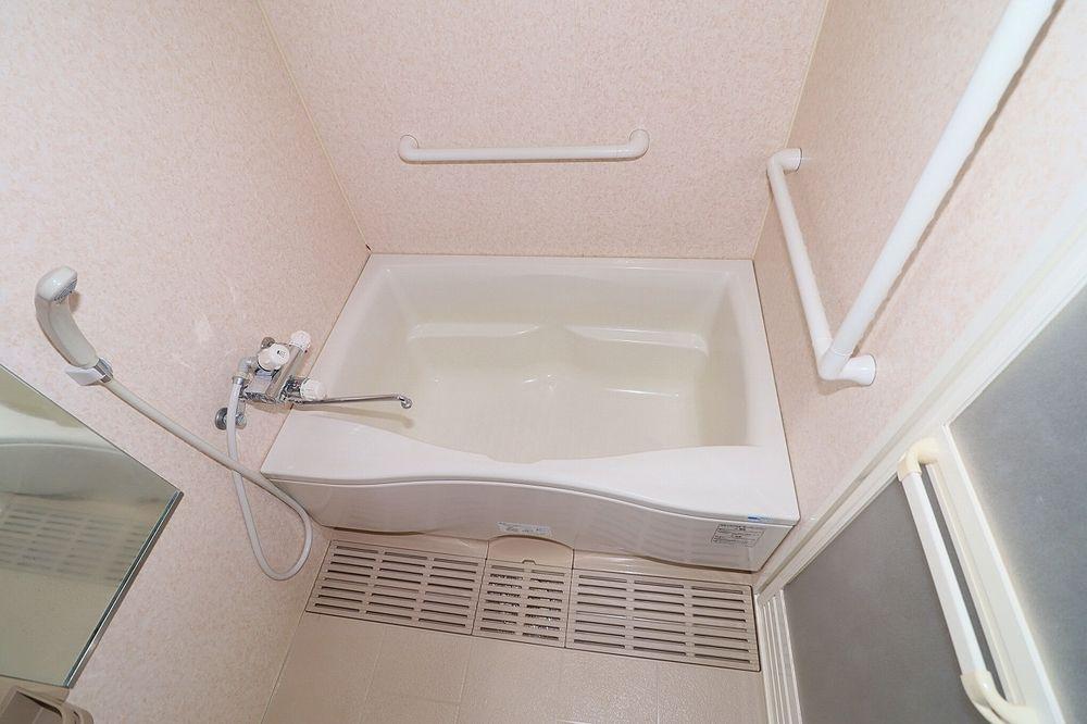 手すりも付いている浴室