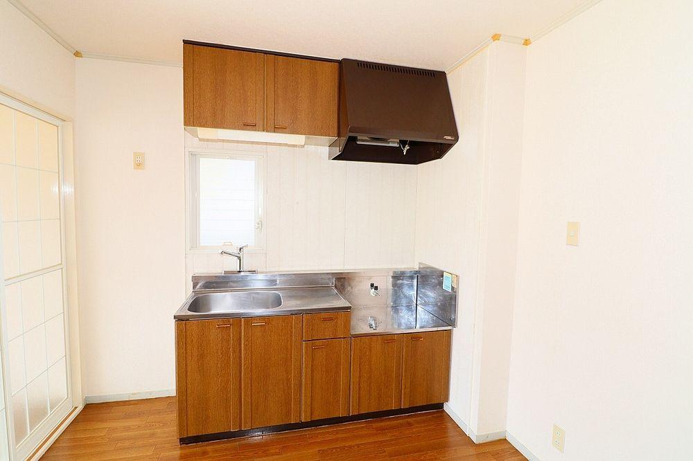 キッチンは窓付き、換気も出来る明るいキッチン