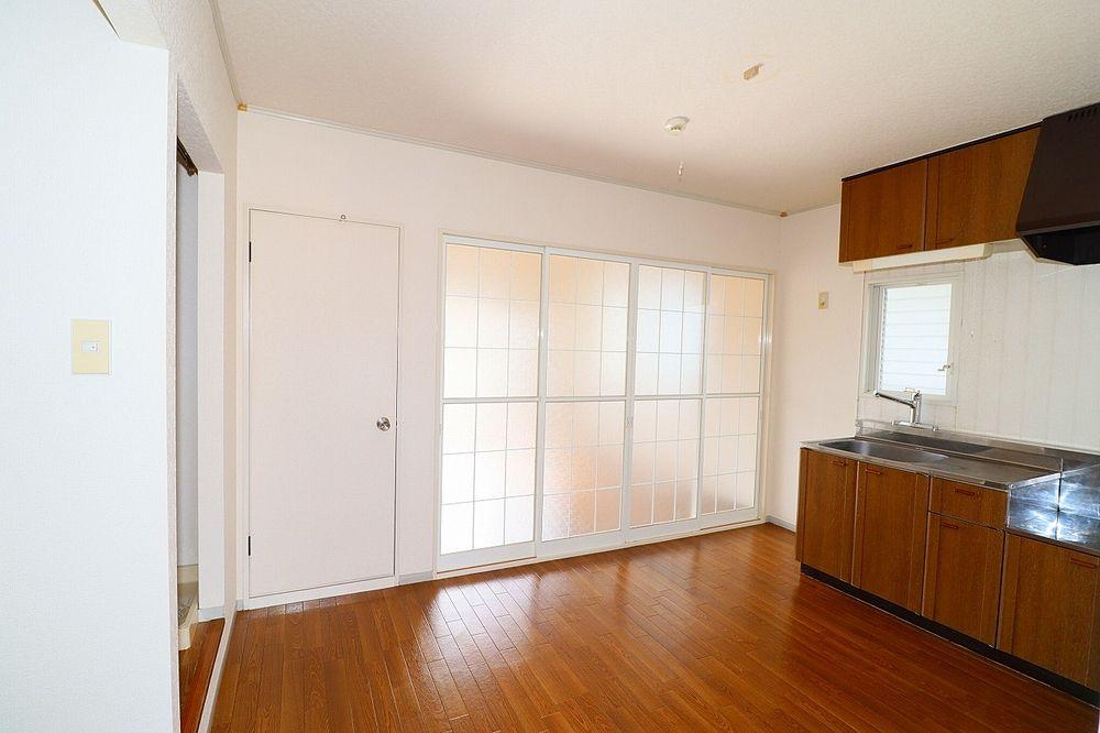 キッチン、洋室・和室間 戸を閉めれば独立したお部屋