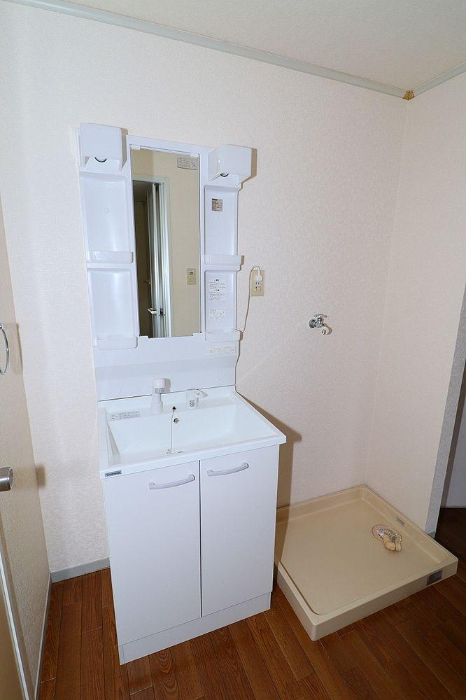 洗面所 朝の身支度にも便利なシャワー付き洗面台