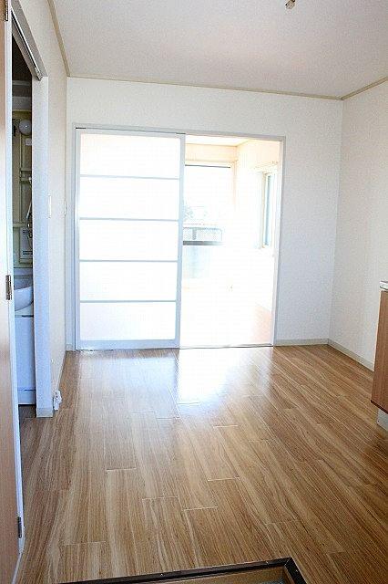 玄関からキッチン 仕切り戸