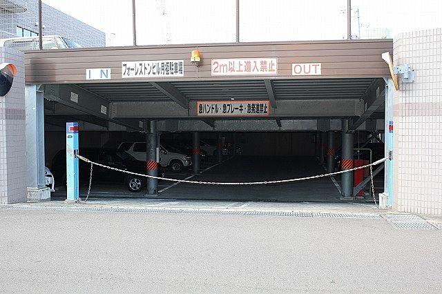 駐車場 チェーンゲート付き、半地下屋根有り