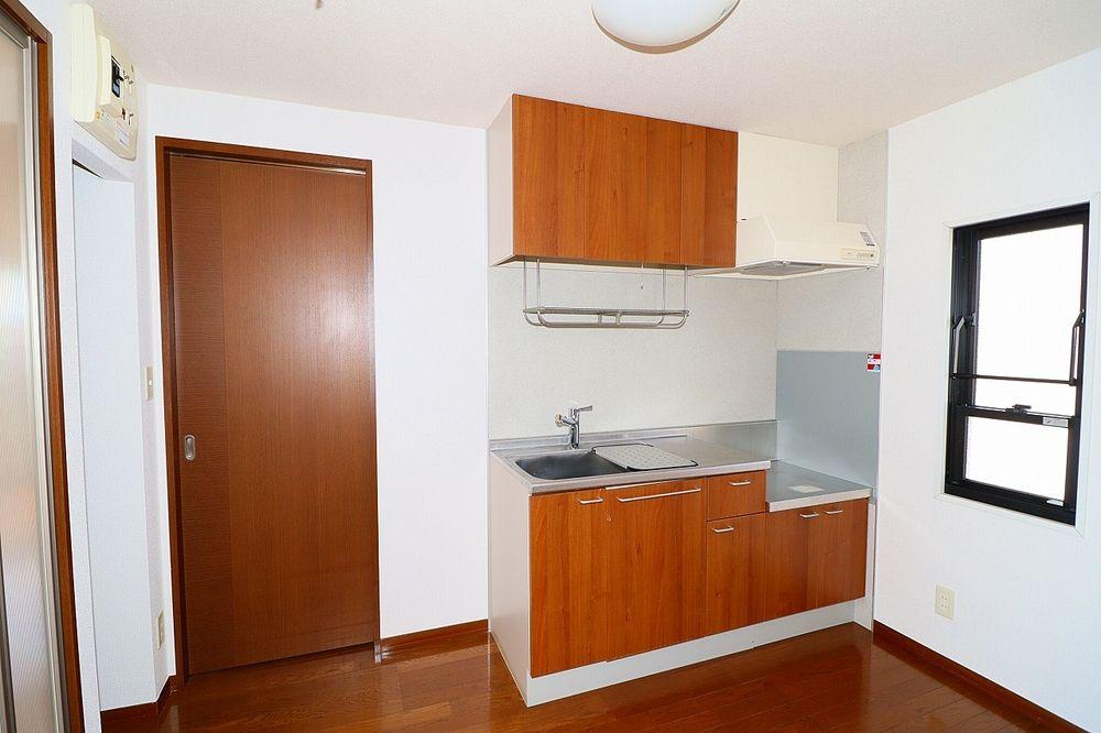窓が有り換気も出来る明るいキッチン