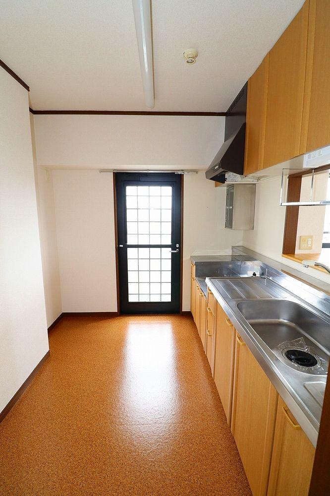 キッチンバルコニー間の扉は網戸付き!扉を閉めたまま換気が出来ます