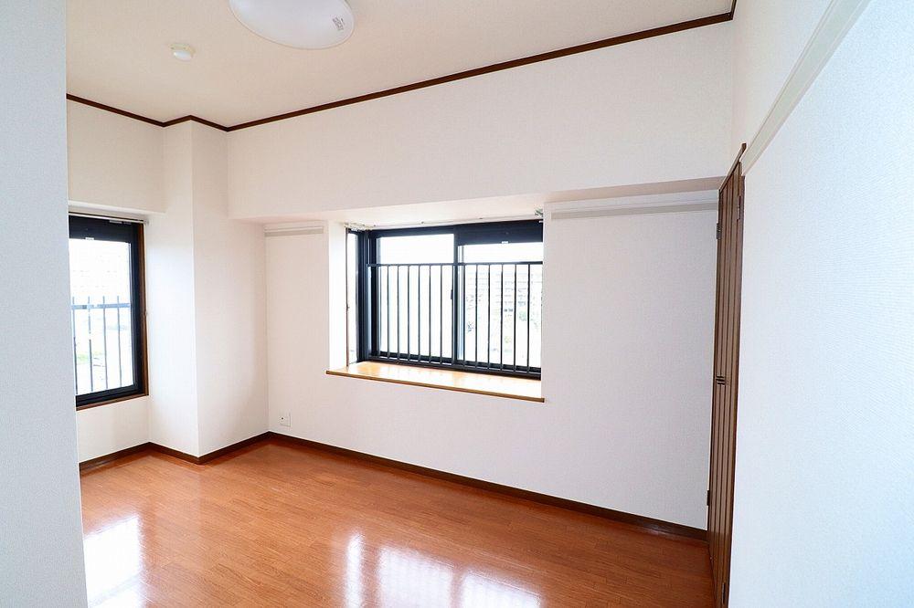 横窓付き洋室