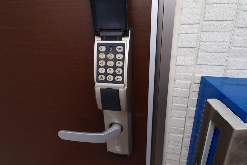 玄関はデジタルキーで鍵不要 暗証番号で開錠できます!