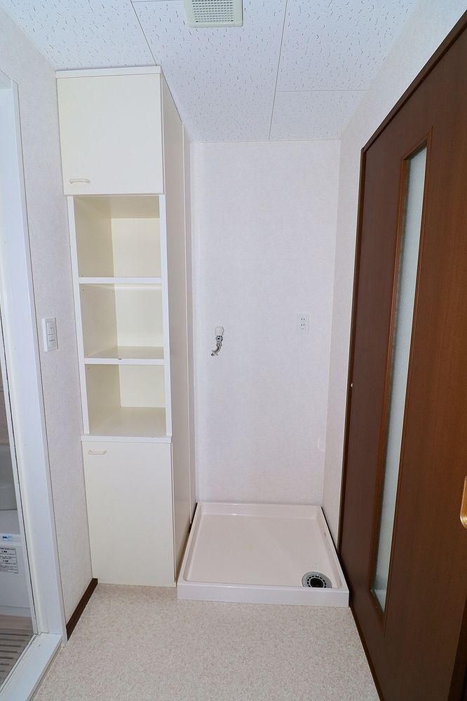 脱衣所、洗濯機置き場 棚付きです♪