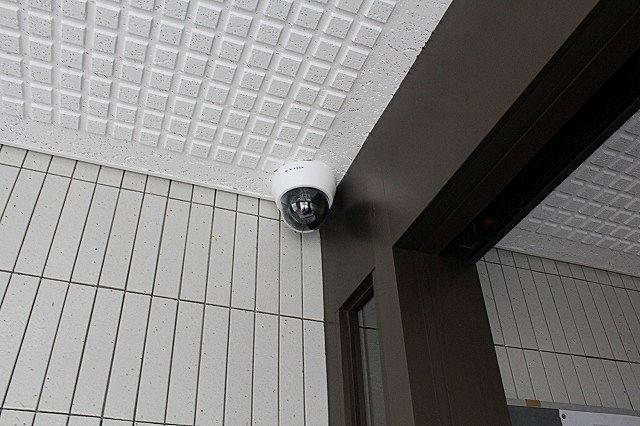 エントランスに防犯カメラを設置しています