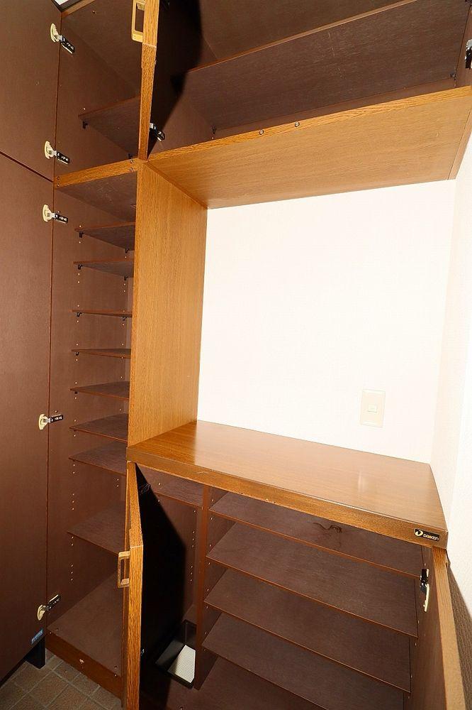 天袋が付いた収納十分な下駄箱 棚の高さを変えられるので、ブーツの収納もらくらく♪