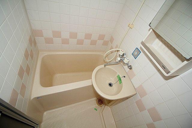 浴室は小さめですが、一人では十分、お掃除もラクチンです