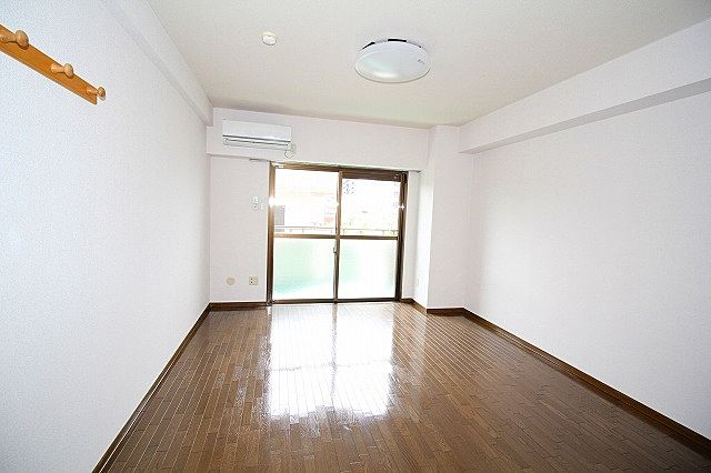 全面に光を遮る建物が無いので、明るい室内です