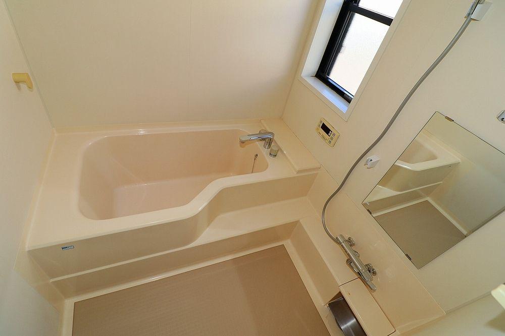 窓付きで大き目の浴槽!追焚機能もついて生活時間の違う家族には便利です