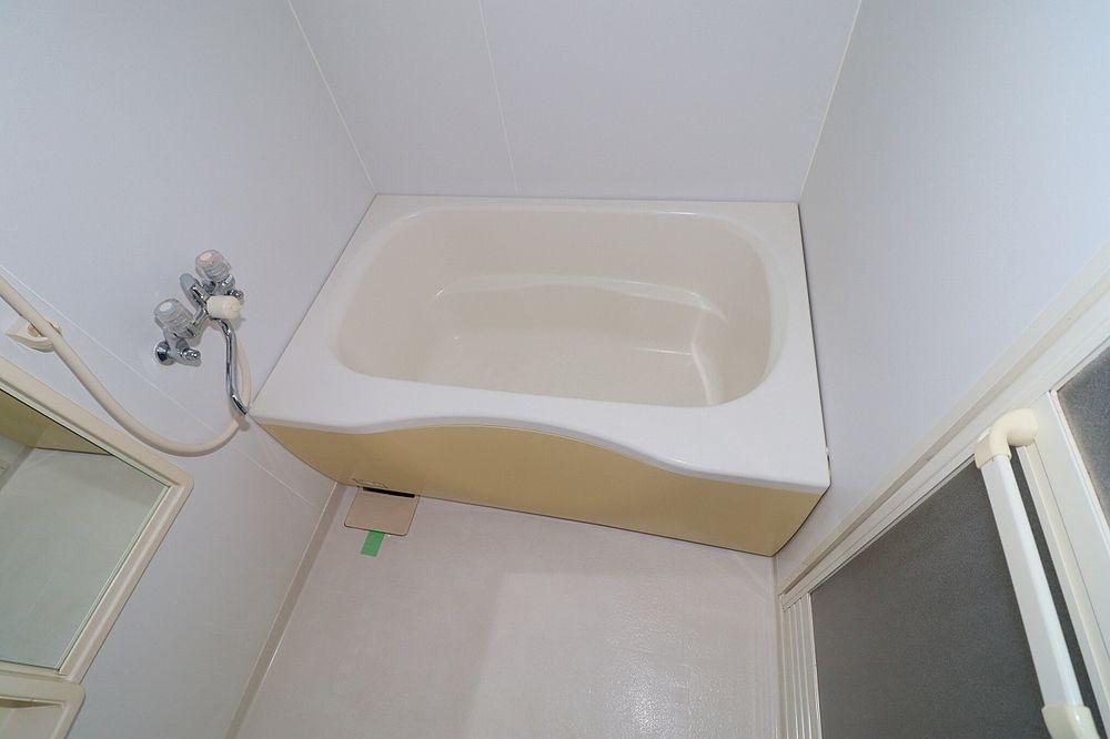 浴室は窓付きで換気もらくらく♪