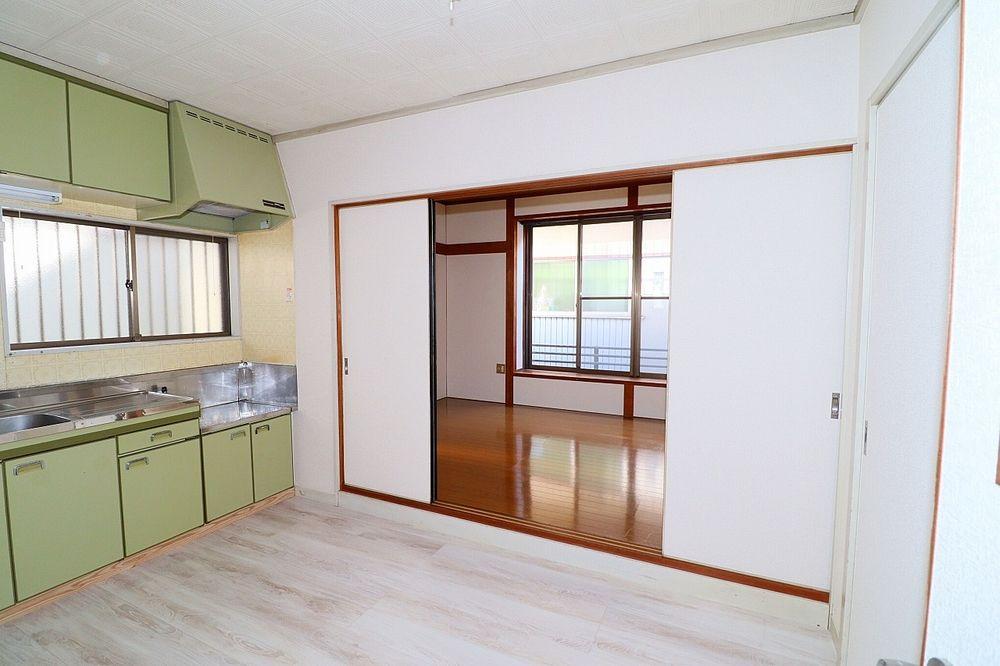 キッチンと洋室間の仕切り戸を開ければ解放感がアップ!