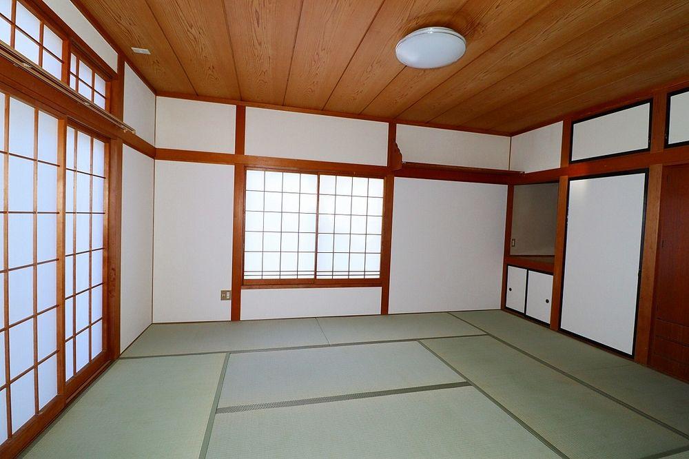 広い和室は10帖!窓も多く明るく解放感があります
