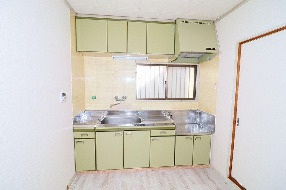 窓が有り明るいキッチン