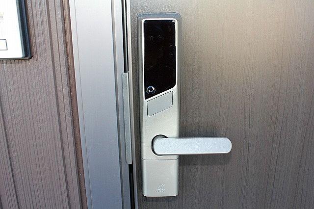 玄関は鍵の持ち運び不要! 暗証番号で開錠
