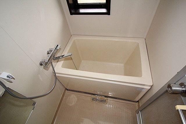 浴室は窓付き、湯温の調整も出来る水栓です