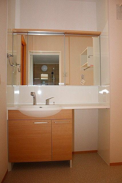 三面鏡のおしゃれなシャワー付き洗面台♪