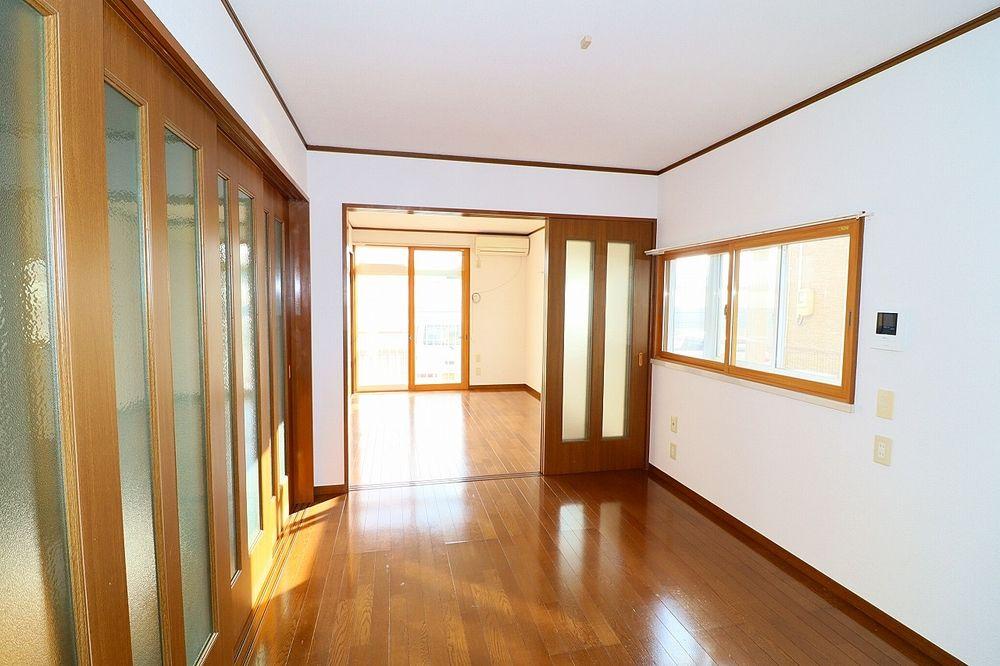 廊下、洋室間仕切り戸を閉めた状態の洋室