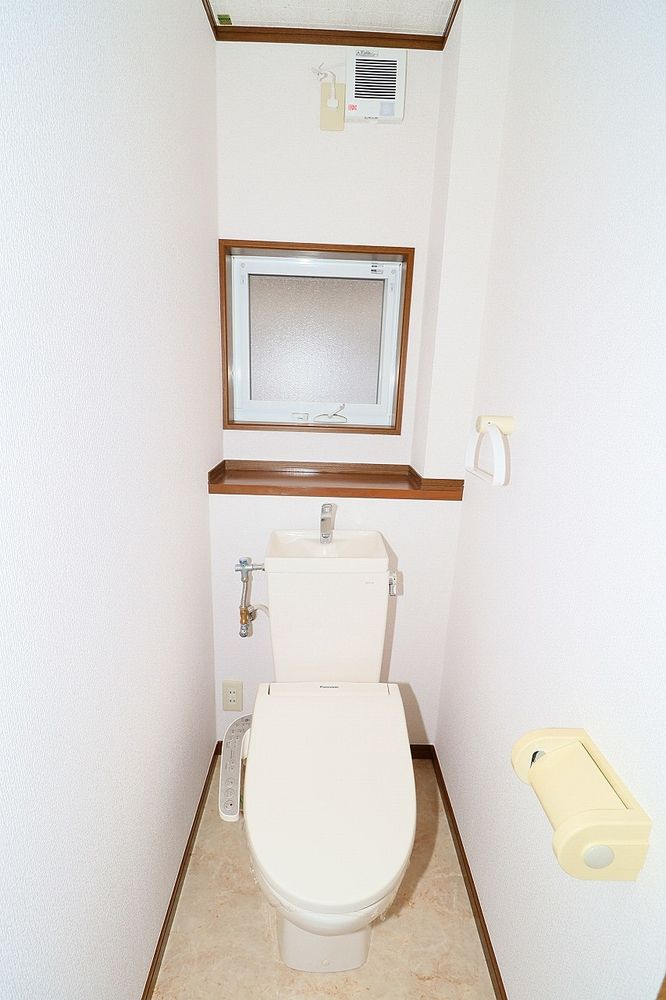 トイレは温水洗浄便座付き 窓や棚も付いています