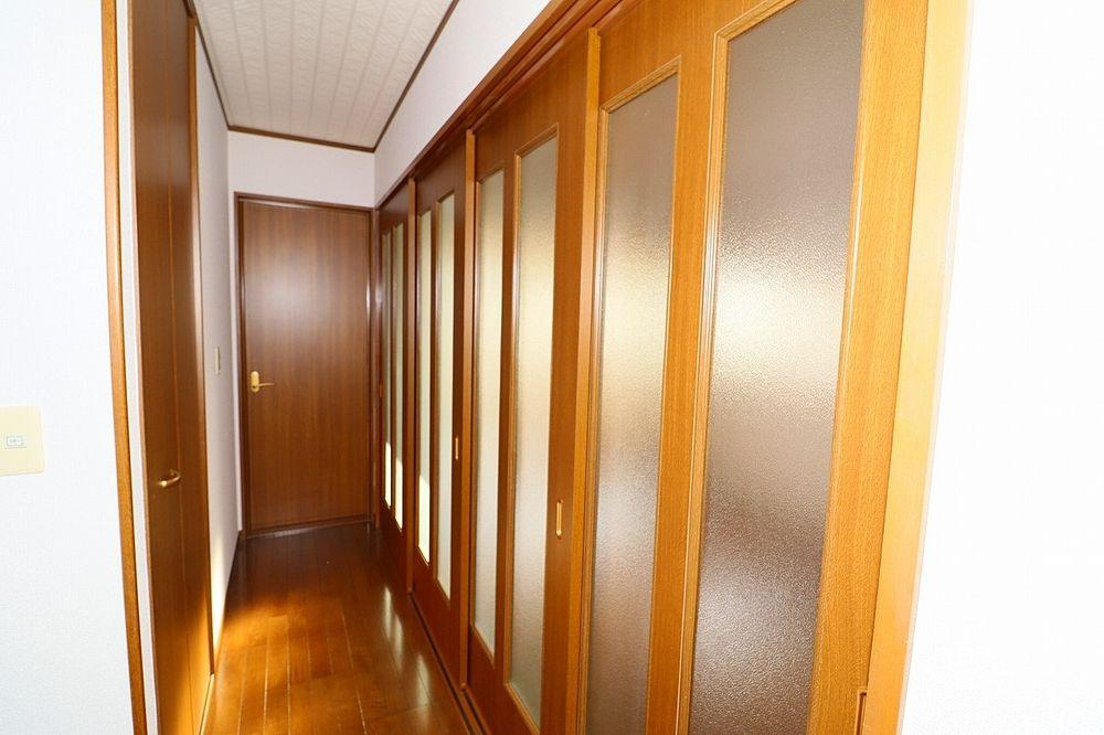 廊下、洋室間仕切り戸を閉めた状態
