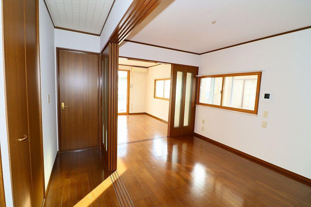 廊下、洋室間仕切り戸を開けた状態