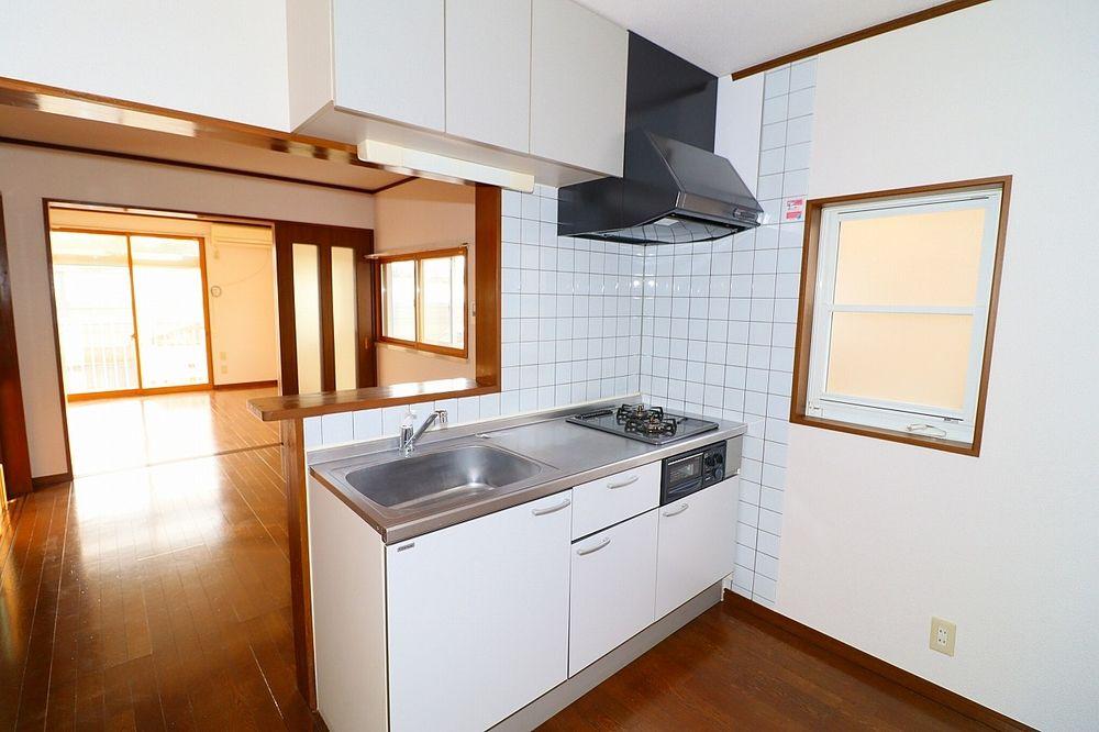 システムキッチン 窓もあり換気も出来る明るいキッチン