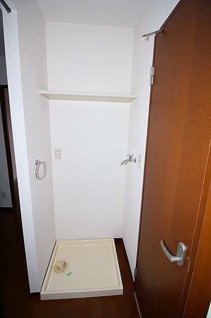 洗濯機置き場 上部棚も有ります