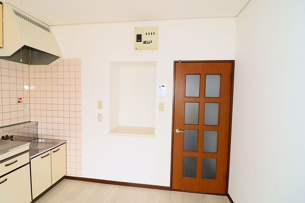 壁のくぼみは見せる収納や棚で調味料置場に♪
