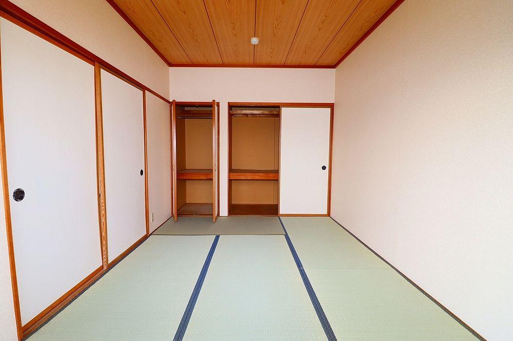 押入れは上部棚付き、片方はハンガーパイプ付き収納