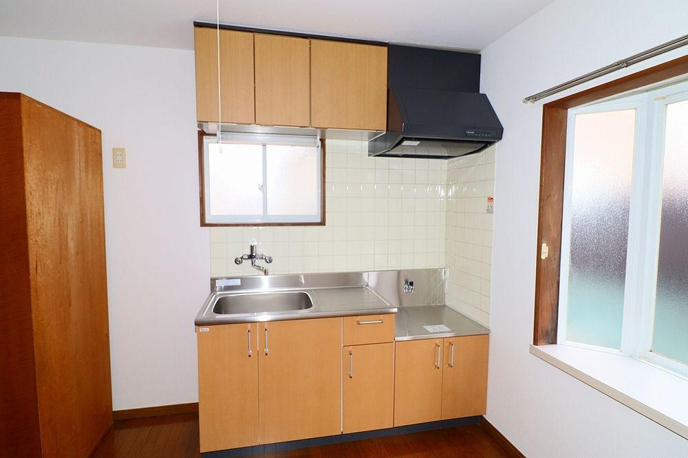 キッチンは窓付きで明るく、換気も出来ます