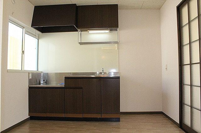 キッチンは窓付き 換気も出来る明るいキッチン