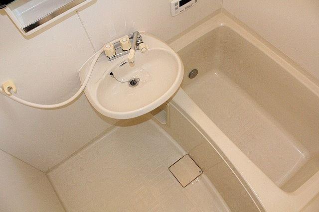 浴室に洗面ボール有り、キッチンで歯磨き不要