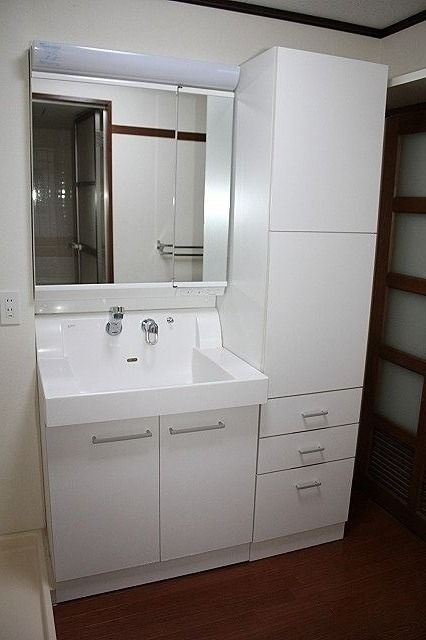 タオル等収納も出来るシャワー付き洗面台