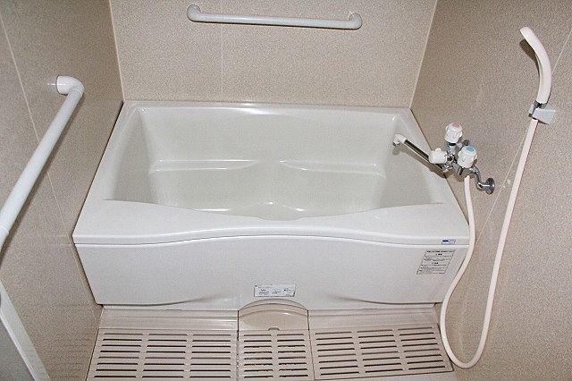手すり付きで万人にやさしい浴室