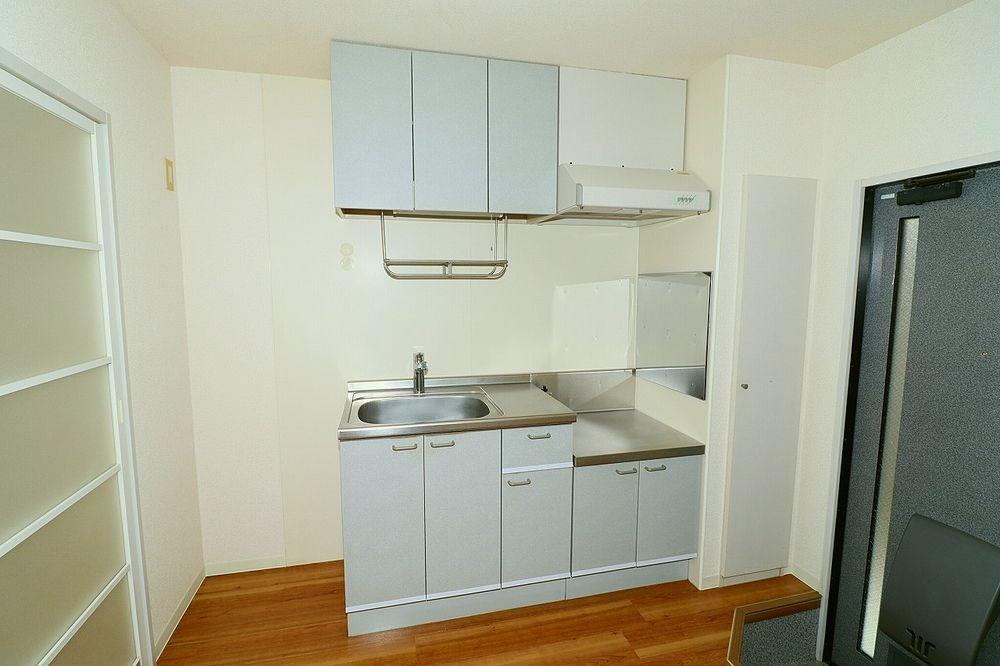 キッチンはコンパクトですが、1人分の食器等収納スペースはしっかりあります!