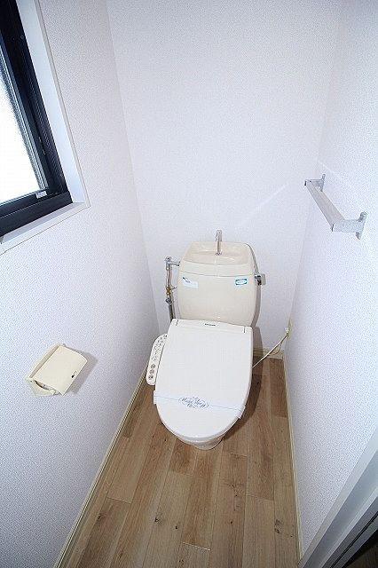 温水洗浄便座付き トイレも窓付き