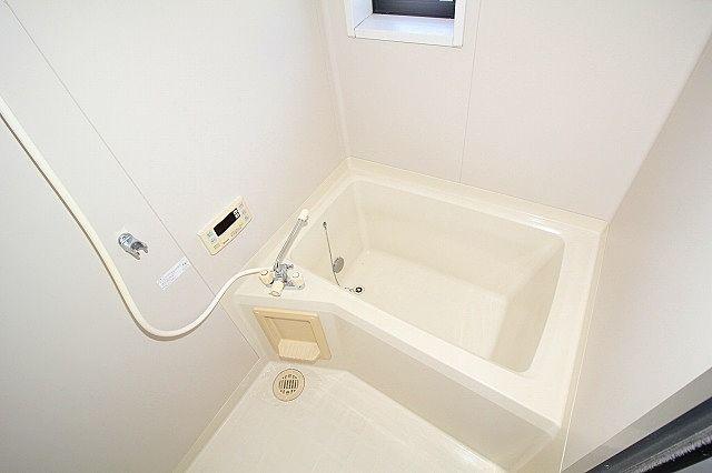 便利な追焚機能付きのお風呂 窓付きで換気も出来ます