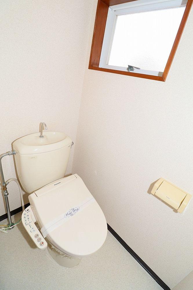 トイレは温水洗浄便座付き 窓もあります