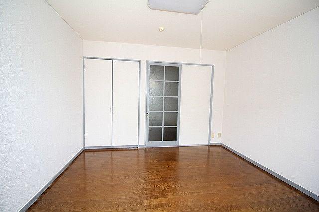 洋室 キッチン間の仕切り戸はガラスで閉めてもキッチンも真っ暗になりません