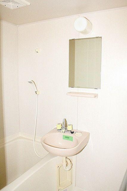 鏡も有り、朝の身支度にも便利