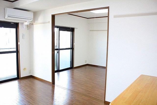 リビングと洋室の仕切り戸を開ければ解放感UP!