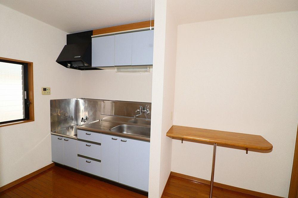 窓付きで換気も出来る明るいキッチン カウンター付き