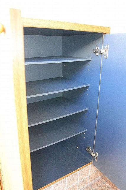 下駄箱は棚の高さを変えられるので、ブーツの収納もできます