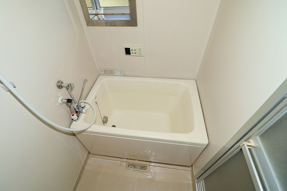 浴室は追焚付き 窓もあります