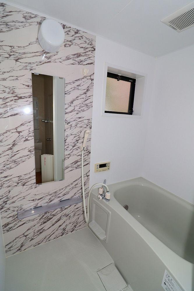 浴室は鏡や窓も付いています