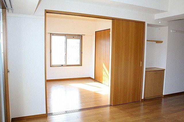 5.7帖洋室との仕切り戸を開ければ解放感UP!