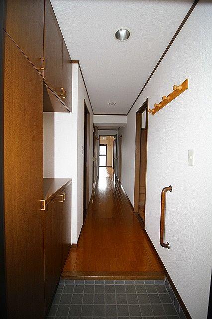 玄関横に下駄箱が有りきれいな玄関をキープできます